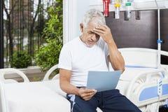 被拉紧的老人读书报告在康复中心 图库摄影