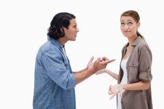被拉紧的谈的夫妇侧视图  免版税库存照片