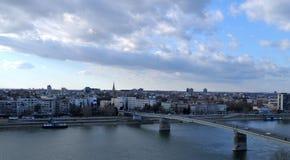 被拍摄的片刻繁忙的市诺维萨德在一个晴朗的冬日期间在12月 库存照片