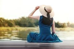 被拔去的生活和放松概念 放松由河沿的年轻女人画象 免版税图库摄影