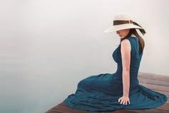 被拔去的生活和放松概念 放松由河沿的年轻女人画象 免版税库存图片