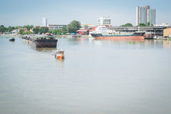 被拖曳的一条小猛拉小船 免版税库存图片