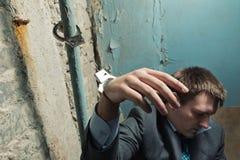 被拘捕的人用扣上手铐的手 免版税库存照片