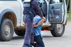 被拘捕的警察,警察,枪 库存图片