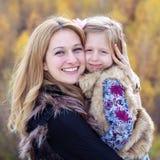 被拥抱的母亲和女儿 库存照片