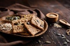 被拼写的面粉薄脆饼干用南瓜、向日葵、芝麻、胡麻和大麻籽 免版税库存图片