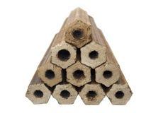 被按的锯木屑的木柴以空心圆筒六角形状的形式 库存图片