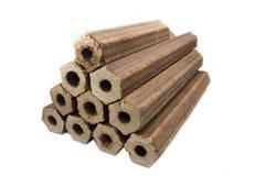 被按的锯木屑的木柴以空心圆筒六角形状的形式 免版税库存照片