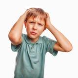 被挫败的男孩儿童哀伤的恼怒的翻倒孩子面孔 库存图片