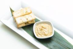 被捣碎的蒜酱油用面包油煎方型小面包片 库存图片