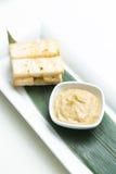 被捣碎的蒜酱油用面包油煎方型小面包片 库存照片