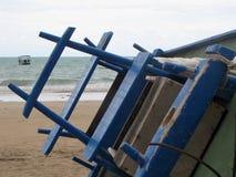 被掀动的小船在沙子栖息有海背景 免版税库存照片