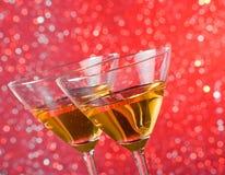被掀动的杯细节在酒吧桌上的鸡尾酒 免版税库存照片