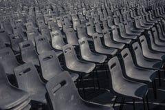 被排列的椅子 免版税库存照片
