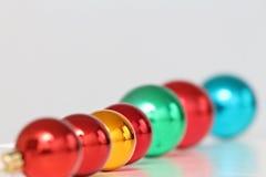 被排列的色的圣诞节球 库存图片