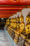 被排列的金黄菩萨雕象Wat Pho寺庙曼谷泰国 免版税库存图片