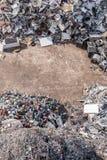 被排序的材料堆在一种回收的设施的 免版税库存照片