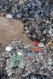 被排序的材料堆在一种回收的设施的 免版税图库摄影