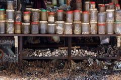 被排序的螺丝和螺栓在商店 免版税库存图片