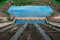 被排泄的水坝 免版税库存图片