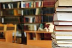 被排行的书在桌里有书背景 免版税库存照片