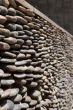 被排行的小石头围住背景 库存照片