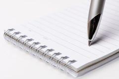 被排行的笔记本和笔 免版税图库摄影