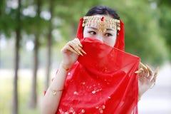 被掩没的亚裔中国秀丽肚皮舞表演者 库存图片