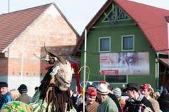 被掩没的人画象在结束Transylvanian传统狂欢节的冬天 免版税库存照片