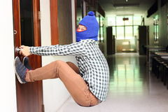 被掩没的夜贼尝试在抢劫前打开门 犯罪概念 库存照片