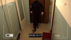 被掩没的强盗爆炸通过门和打破了与轮胎装卸撬杆的安全监控相机 股票录像