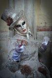 被掩没的被打扮的音乐家妇女 库存图片