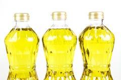 被提炼的棕榈油精的三个瓶油从果皮的 库存照片
