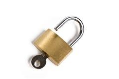 被插入的查出的关键字开放挂锁 免版税库存图片