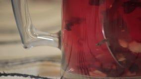 被搅动的浅红色的茶 股票视频