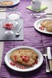 被摆的桌子用土气土豆薄烤饼 免版税库存图片
