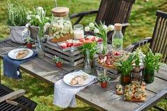被摆的桌子用多士,烤肉,麸皮面包,西瓜和 免版税库存照片