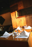 被摆的餐馆桌子 免版税库存照片