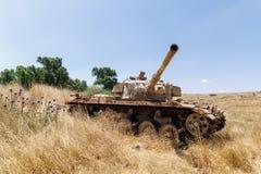 被摧毁的以色列坦克是在戈兰高地的最后的审判日赎罪日战争以后在以色列,在与叙利亚的边界附近 免版税库存照片