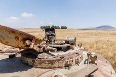 被摧毁的以色列坦克是在戈兰高地的最后的审判日赎罪日战争以后在以色列,在与叙利亚的边界附近 库存照片