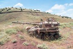 被摧毁的以色列坦克是在戈兰高地的最后的审判日赎罪日战争以后在以色列,在边界附近与叙利亚 免版税库存照片