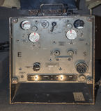被撕毁的便携式的携带收音机 傅 d2 (德国, 1940) 免版税库存图片