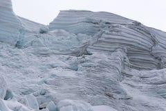被撕毁的冰川看法在一座山的上升路线的在安地斯在秘鲁 库存照片