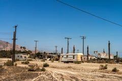 被撕毁的和被放弃的拖车在索尔顿湖,加利福尼亚 免版税库存图片