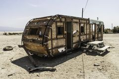 被撕毁的拖车在Salton海,加利福尼亚 免版税图库摄影