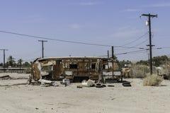 被撕毁的拖车在Salton海,加利福尼亚 库存照片