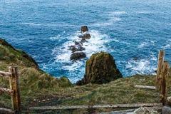 被撕毁的操刀在海岸 免版税库存图片