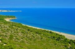 被撕毁的海滩和Hospitalet del Infant,西班牙海岸  图库摄影