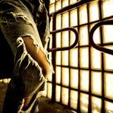 被撕毁的牛仔裤 都市时尚样式 免版税图库摄影