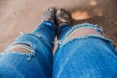 被撕毁的牛仔裤 库存图片
